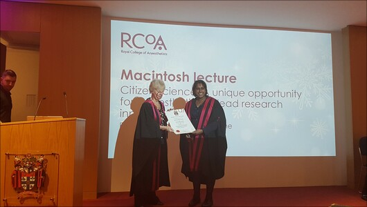 Dr Fazackerley presenting Prof Moonesinghe with Macintosh certificate